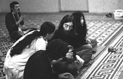 John_Lennon_and_Yoko_Ono_with_devotees