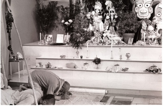 Prabhupada-bowing-to-Radha-Vrindaban-Chandra